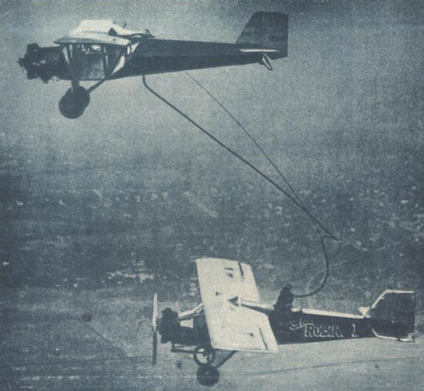 تصویری از اولین سوخترسانی هوایی در سال 1923