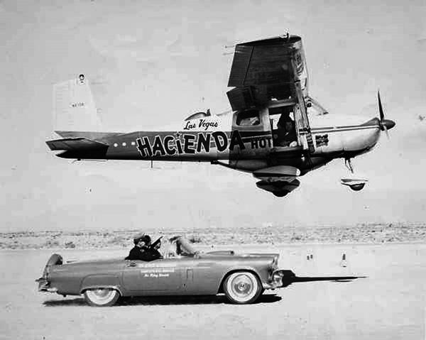 رنگآمیزی تایرهای هواپیما با یک خودرو پس از برخاستن به منظور اطمینان از عدم فرود هواپیما در حین شکستن رکورد مداومت پروازی