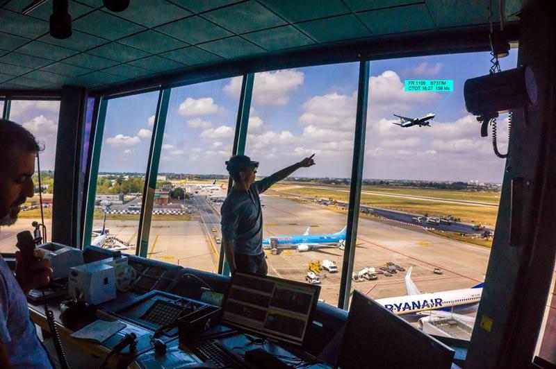 استفاده از فناوری رتینا برای ارائه اطلاعات هوانوردی به کنترلرها در قالب واقعیت افزوده
