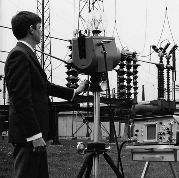 شکل 2- تصویری از یک دوربین حرارتی در سال 1969 با وزن تقریبی 25 کیلوگرم که مقادیر اندازهگیری شده را روی اسیلوسکوپ نمایش میداد.